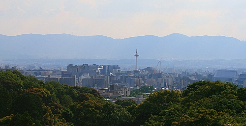 Blick auf Kyoto von der Veranda der Haupthalle