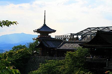 Blick auf die Haupthalle mit Veranda und der dreistöckigen Pagode