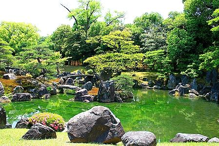 Der Ninomaru-Garden ist für zahlreiche Steinformationen berühmt
