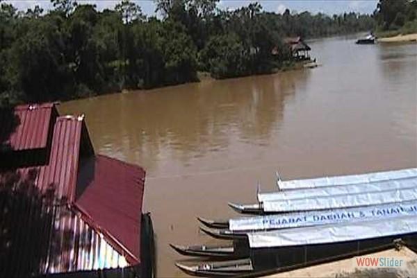 Bootsanlegestelle bei Kuala Tembeling