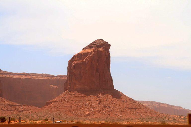 Unmittelbar am Eingang des Monument Valley kann man den Butte Gray Whiskers ...